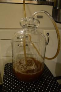 Øl på plass i gjæringskar med hevert